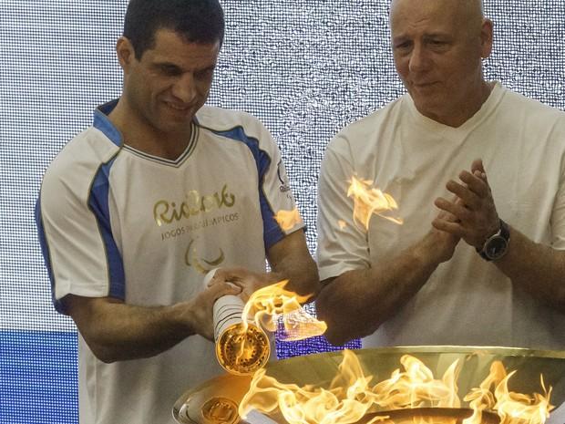 Mizael Conrado (à esq.) foi um dos ex-atletas que participaram de revezamento da tocha (Foto: Mister Shadow/ASI/Estadão Conteúdo)
