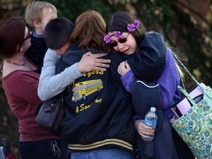 Alunos choram pós ataque em escola nos EUA (Foto: Sean Stipp/Tribune Review/AP)