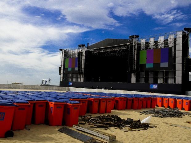 Últimos retoques para o palco do Reveillon em Copacabana no Rio de Janeiro. (Foto: Marcelo Cortes/Fotoarena)