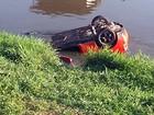 Carro é retirado do Rio Paraibuna em Juiz de Fora após acidente