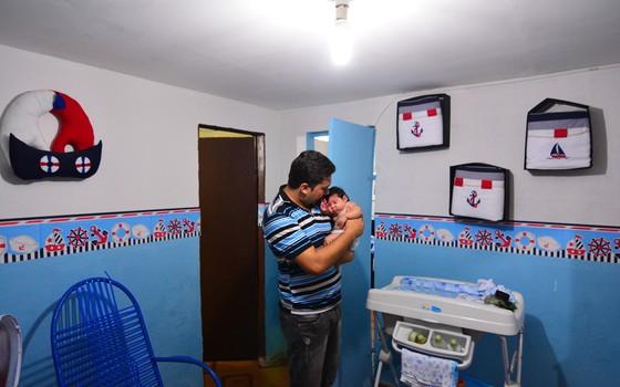 Paulo Sérgio dos Santos segura o filho Paulo Henrique  (Foto: Rizemberg Felipe/Agência & Studio/ÉPOCA)
