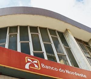 FORA DA NORMA Agência do Banco do Nordeste em Campina Grande (acima) e trecho do relatório interno. Os empréstimos eram concedidos sem garantias mínimas (Foto: Nelsina Vitorino/ÉPOCA)