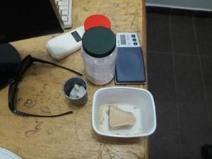 Entorpecentes foram encontrados na casa da suspeita (Foto: Marcos Donizete/Divulgação)