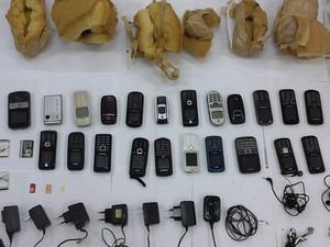 Telefones celulares apreendidos dentro de unidade prisional em Franco da Rocha, Grande SP (Foto: Divulgação)