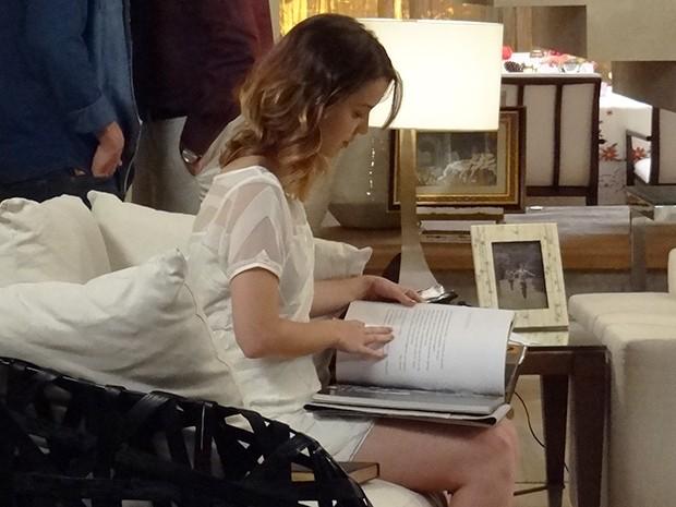 Laura recebe um livro especial de Marcos (Foto: Maria Clara Lima/Gshow)