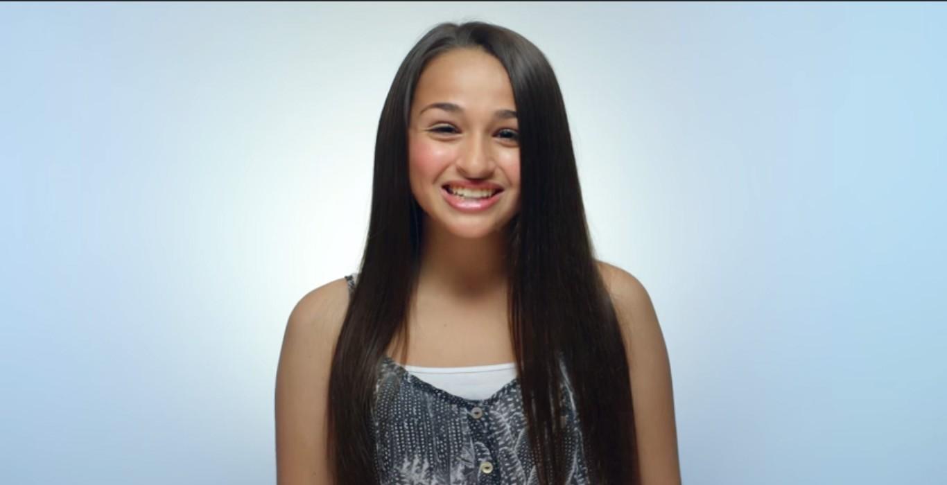 Clean & Clear escala adolescente transgênero para campanha