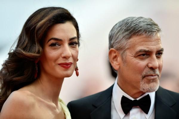 George e Amal Clooney deram boas-vindas a um casal de gêmeos em Londres na última terça-feira (07.06) (Foto: Getty Images)
