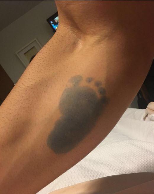 Rodrigão tatua pézinho do filho (Foto: Instagram / Reprodução)