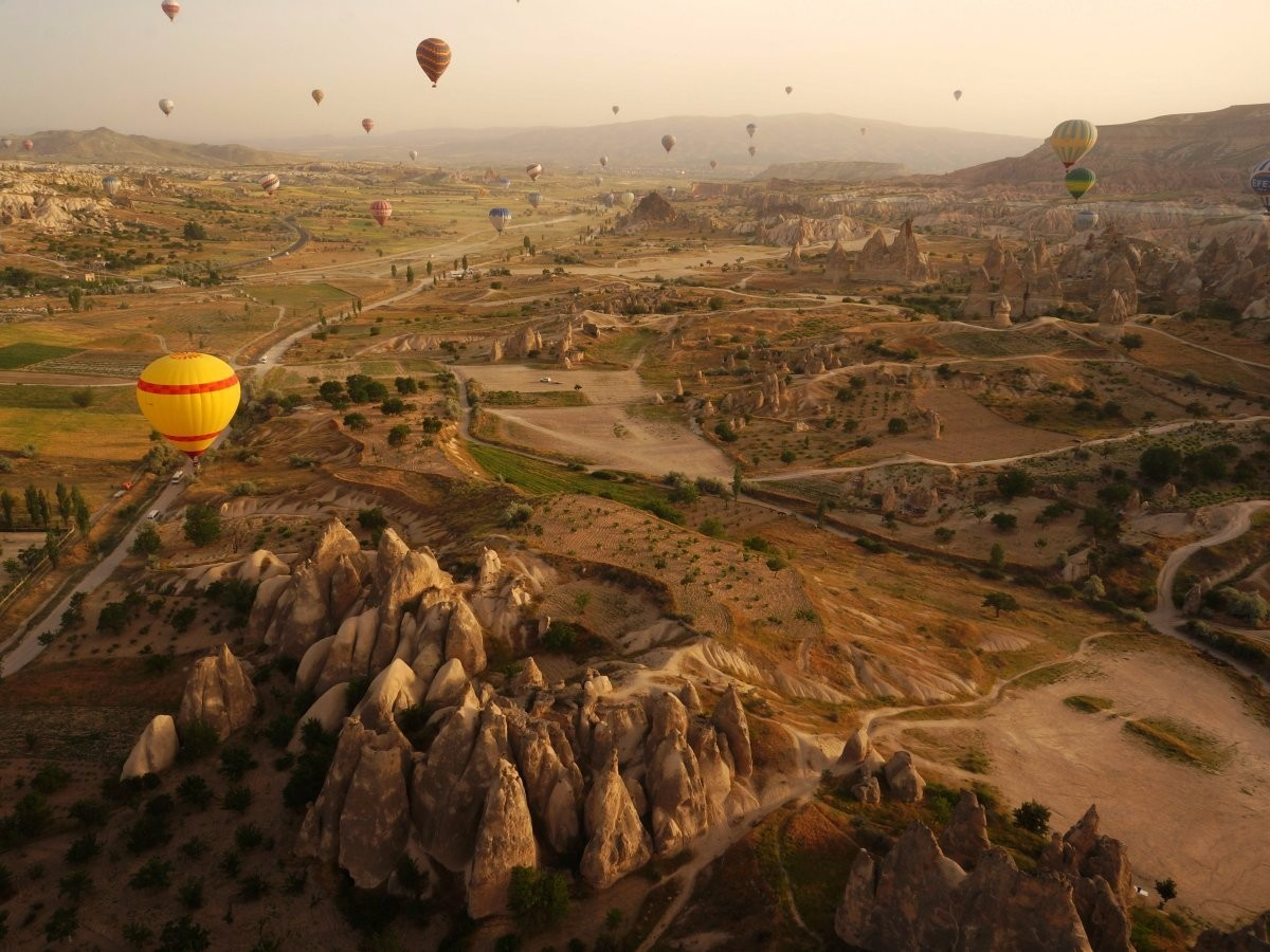 O Parque Nacional de Göreme, na Turquia, é composto de paisagens vulcânicas completamente criadas a partir de erosões. Além disso, o lugar contar com um festival anual de balões (Foto: Reprodução)