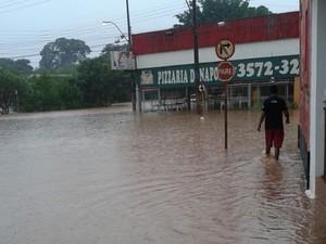 Em Pindorama, água invadiu uma pizzaria (Foto: TEM Você)