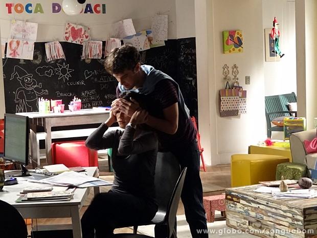 O playboy surpreende Malu na Toca do Saci (Foto: Sangue Bom/TV Globo)