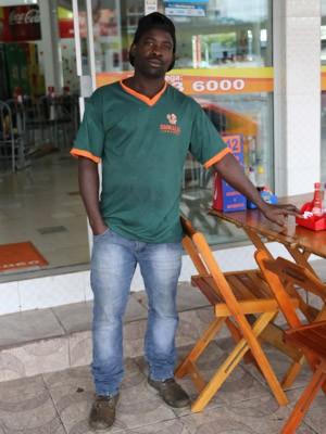 Assim como Flaubert, Adlen trabalha para ajudar mulher e filhos no Haiti (Foto: Felipe Truda/G1)