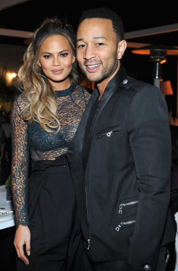 Chrissy Teigen e John Legend em evento em Los Angeles, nos Estados Unidos (Foto: Jeff Vespa/ Getty Images)