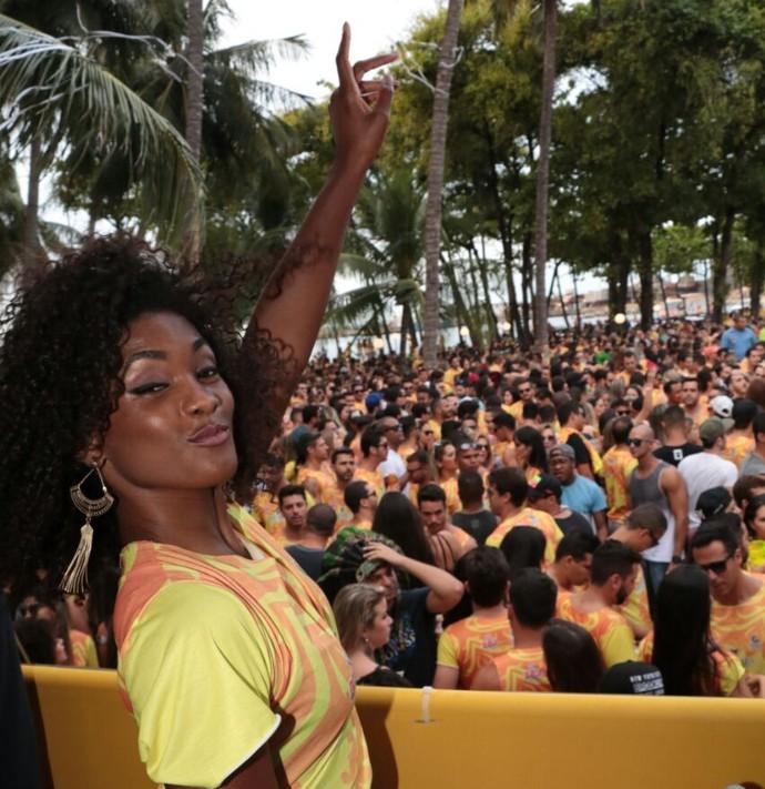 Rindo bastante com os comentários sobre o suposto affair com Ronaldinho, Erika Januza caiu na folia o dia inteiro. (Foto: Fred Pontes / Divulgação)