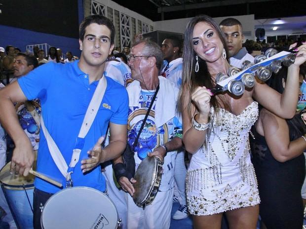 Enzo, filho do ator Edson Celulari, e a musa Nicole Bahls no ensaio da Beija-Flor  (Foto: Divulgação)
