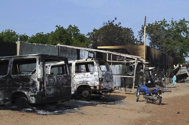 Veículos foram queimados por militantes do Boko Haram após atacarem a cidade de Benisheik (Foto: Reuters)