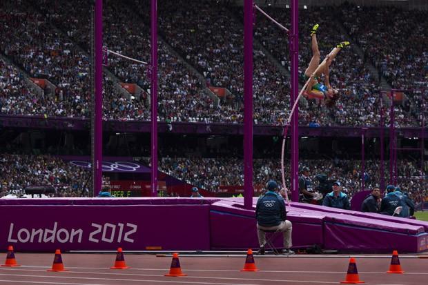 A saltadora Fabiana Murer durante a fase de classificacao do salto com vara feminino, no estadio olimpico, em Londres (Foto: Mauricio Lima/ÉPOCA)