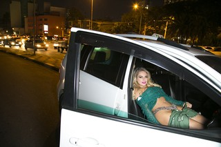 Jéssica Lopes tirou a roupa no carro, recriando a cena que a tornou famosa (Foto: Alessandra Gerzoschkowitz/EGO)