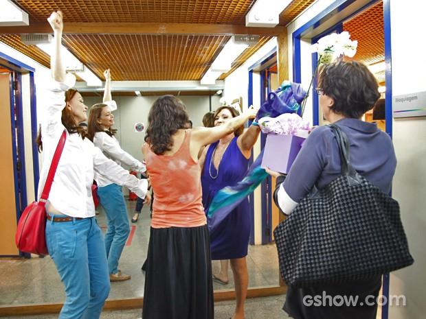 Amigas de elenco fazem surpresa para Natália do Vale em seu aniversário (Foto: Carol Caminha/ TV Globo)