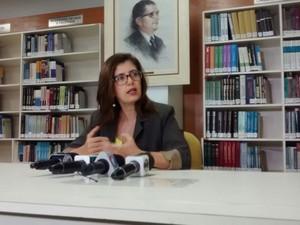 Promotora Fernanda Moreira explica que mais de 5 mil servidores estão irregulares (Foto: Derek Gustavo/ G1)
