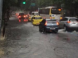 Rua São Clemente ficou alagada (Foto: Susan Vidinhas/ G1)