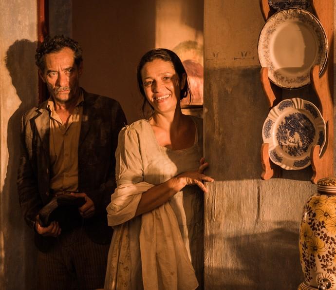 Cyria Coentro e Chico Diaz farão o casal Belmiro e Piedade. Na imagem, ela sorri nos bastidores das gravações no Nordeste do Brasil (Foto: Caiuá Franco/ Globo)