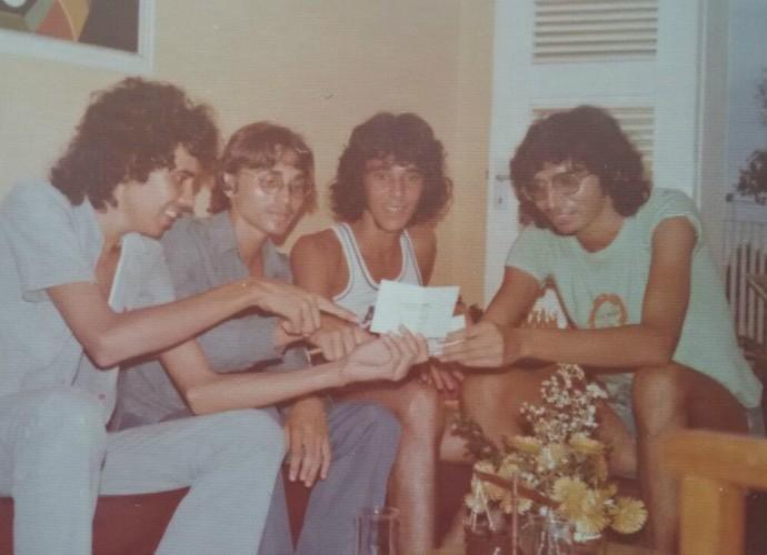 Cantor Falcão com amigos na adolescência (Foto: Arquivo Pessoal)