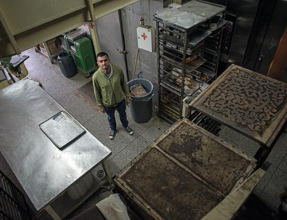 Hildemaro Rodrigues Fernandes,34 anos,dono de padaria .Por falta de farinha,ele estava há 15 dias sem comer pão.A padaria só vende pães quando o governo distribui farinha.nesses dias ,a fila dobra a esquina ,com clientes á espera de uma baguete  (Foto: Manaure Quintero/ÉPOCA)