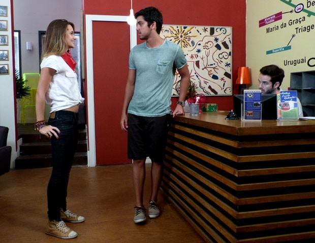Fatinha joga charme pro moreno, mas ele resiste e não cai (Foto: Malhação / TV Globo)