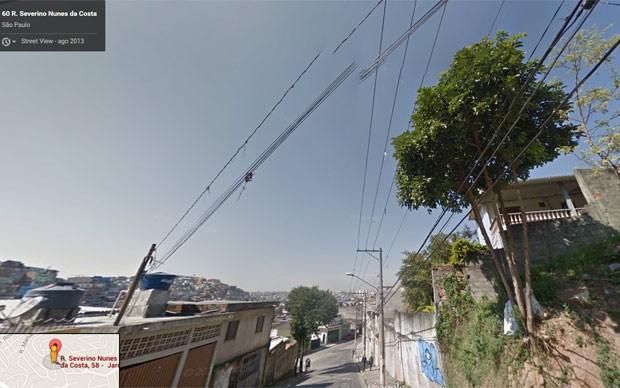 Imagem do Google Street View captada em 2013 mostra árvore próxima à fiação elétrica no local onde os bombeiros registraram a ocorrência (Foto: Reprodução/Google Street View)