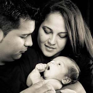 Erik Muñoz, ao lado de Marlise e do primeiro filho deles, luta para os aparelhos que mantém sua mulher viva sejam desligados (Foto: Divulgação/ Facebook/ Erick Muñoz)