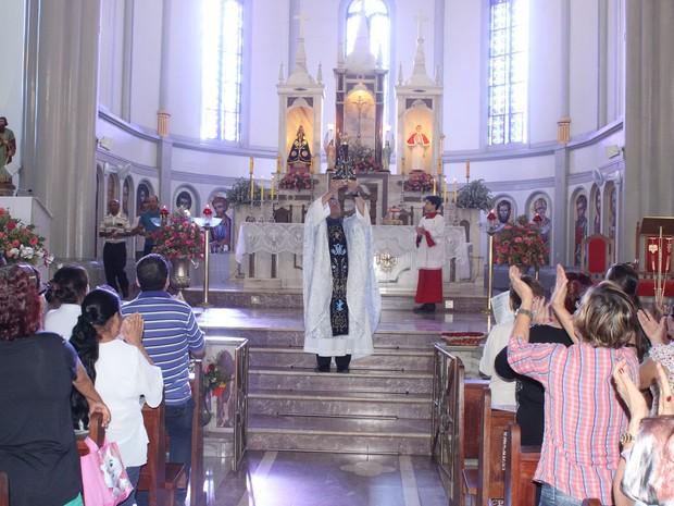 Pároco fez a entrada da missa com uma imagem de Nossa Senhora Aparecida. (Foto: Valdivan Veloso/G1)