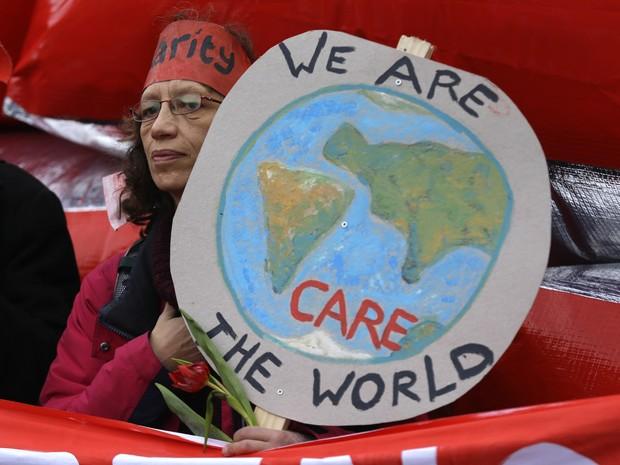 Manifestantes chamam atenção para populações ameaçadas pelo aquecimento global (Foto: AP Photo/Matt Dunham)