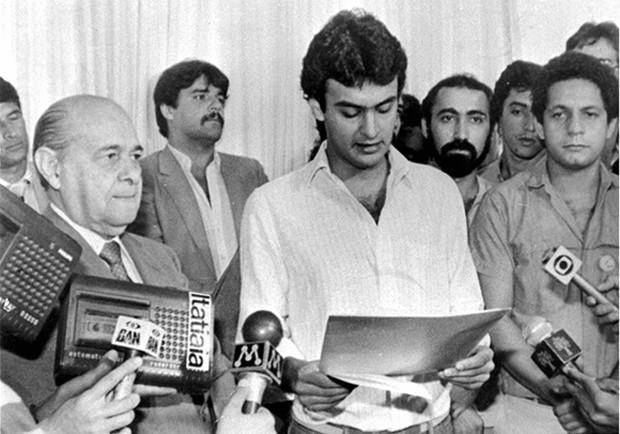Aécio Neves ao lado do avô, Tancredo Neves, no Palácio da Liberdade em Belo Horizonte (MG), em 1984 (Foto: Divulgação)