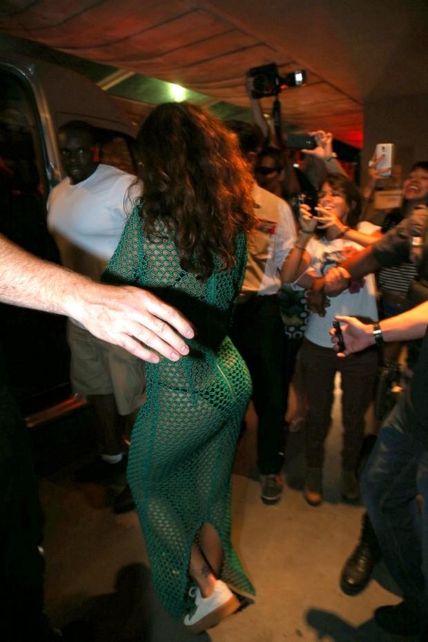 Rihanna saindo de churrascaria (Foto: AGNEWS)