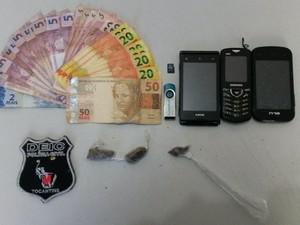 Foram apreendidos dinheiros, drogas e celulares (Foto: Divulgação/SSP-TO)