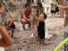 Juliana Paes se diverte em festa de carnaval com os dois filhos e o marido, no Rio