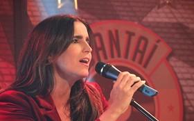 Gata! Com look incrementado de Rosemere, Malu Mader solta a voz no Cantaí