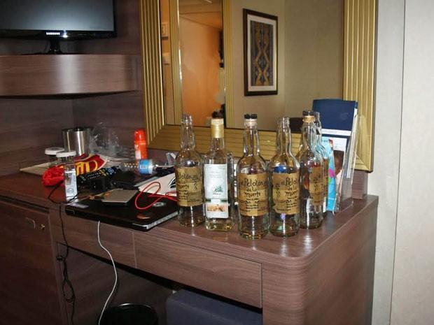 Garrafas de bebidas alcoólicas foram encontradas na cabine do turista (Foto: Divulgação / PF)