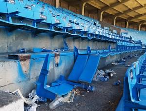 Cadeiras numeradas fora quebradas durante o Gre-Nal e vão passar por restauro (Foto: Lucas Rizzatti/Globoesporte.com)