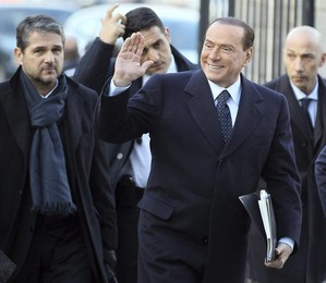 O ex-primeiro-ministro italiano, Silvio Berlusconi (Centro), chega para a reunião do Partido Popular Europeo, em Bruxelas, na Bélgica (Foto:  EFE/Julien Warnand)