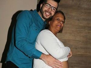Gustavo Salles posa para fotos com Ana Maria grávida (Foto: Wendel Castro)
