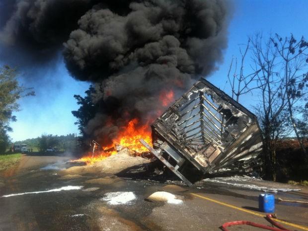 Incêndio caminhão (Foto: Michelli Arenza/RPCTV)