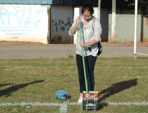 Prudente Coronéis, preparação do campo futebol americano (Foto: Ronaldo Nascimento / GloboEsporte.com)