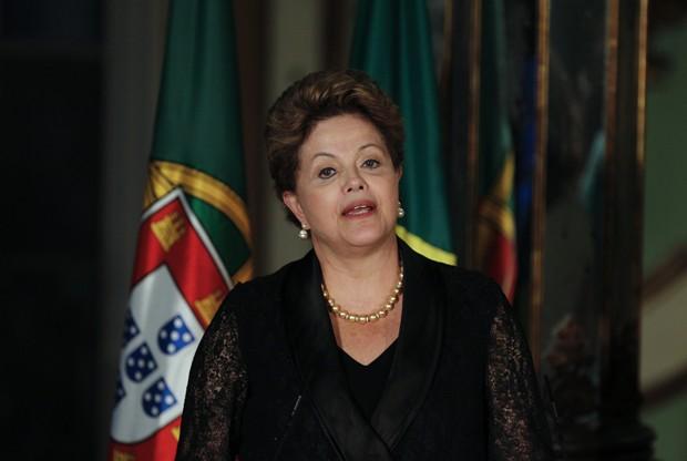 A presidente Dilma Rousseff em foto desta segunda-feira (10), durante visita em Queluz, perto de Lisboa, em Portugual (Foto: AP Photo/Francisco Seco)