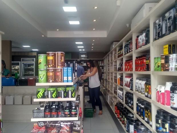 Fiscais verificam produtos na loja (Foto: Márcio Chagas/G1)