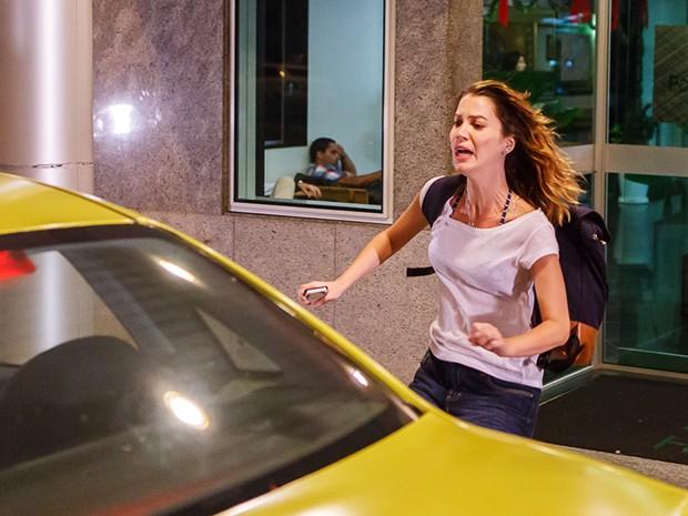 Laura corre para o taxi e foge para Nova Alvorada (Foto: Artur Meninea/Gshow)