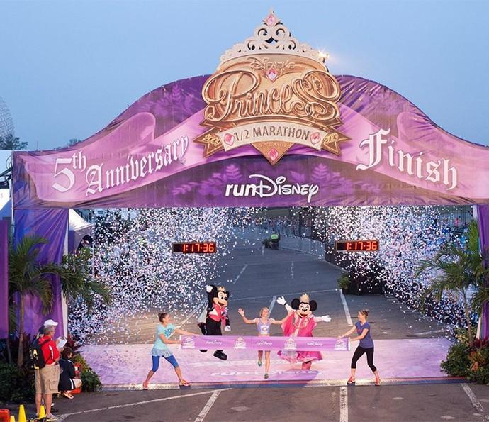Mickey e Minnie acompanham a chegada na corrida com as Princesas (Foto: Walt Disney World)