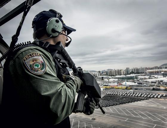 Helicóptero da Polícia Rodoviária Federal sobrevoa o Rio (Foto: Stefano Martini/ÉPOCA)