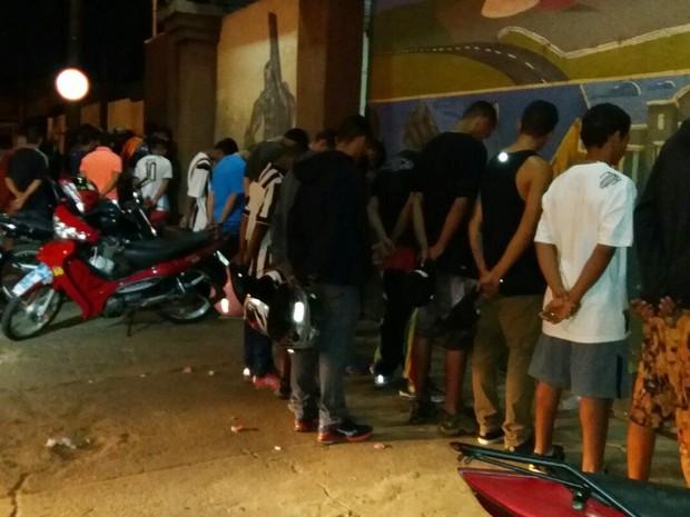 Polícia encontrou vários adolescentes dentro de boate, em Goiânia, Goiás (Foto: Reprodução/TV Anhanguera)